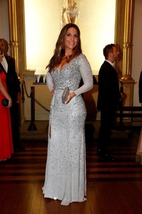 12.mai.2015 - Ivete Sangalo, uma das madrinhas de Preta Gil, optou por um vestido justo que evidenciou suas curvas. De manga comprida, o look elegante contou com o charme de um decote poderoso uma fenda na perna