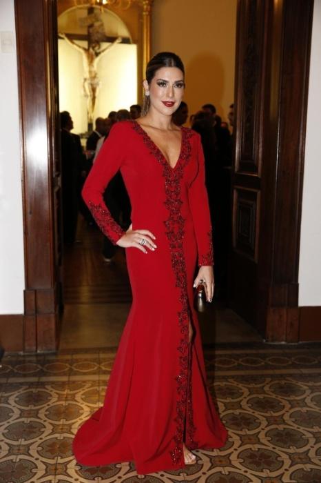 12.mai.2015 - Poderosa! Fernanda Paes Leme roubou a cena com um marcante vestido vermelho, confeccionado pelo estilista Davidson Zanine, com bordados no colo e no centro da peça