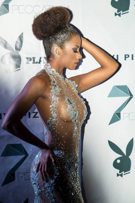 """17.mai.2015 - Capa da revista Playboy de maio, Ivi Pizzott escolheu um look bem ousado no lançamento de sua revista no Rio de Janeiro, na madrugada do último sábado (16). A bailarina do """"Domingão do Faustão"""" usou um vestido cheio de transparências, que deixou seu corpão à mostra. O evento aconteceu na zona portuária da capital fluminense"""