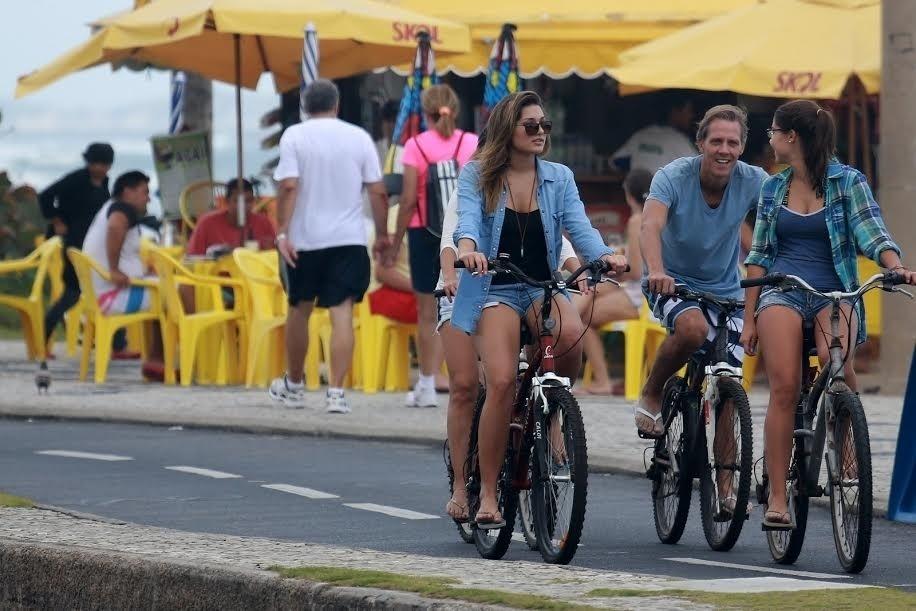 17.mai.2015 - Sasha marcou presença no Circuito Mundial de Surfe neste domingo, no Rio de Janeiro. A filha de Xuxa acompanhou a performances dos atletas e aproveitou para dar uma pedalada pela orla da praia da Barra da Tijuca