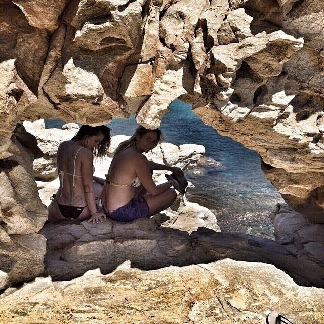 19.mai.2015 - Em outra imagem, Cleo Pires deixa à mostra sua tatuagem. A atriz está em Mykonos, na Grécia, a convite de uma marca de cosmésticos que será lançada em breve no Brasil