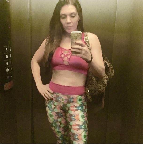 """19.mai.2015 - Em seu Instagram, Simony compartilhou uma foto em que exibe sua barriga chapada. """"Treino de perna depois de uma viagem longa não é fácil. Mas eu tenho uma meta e não desisto"""", escreveu a cantora, que continua focada quando o assunto é malhação"""