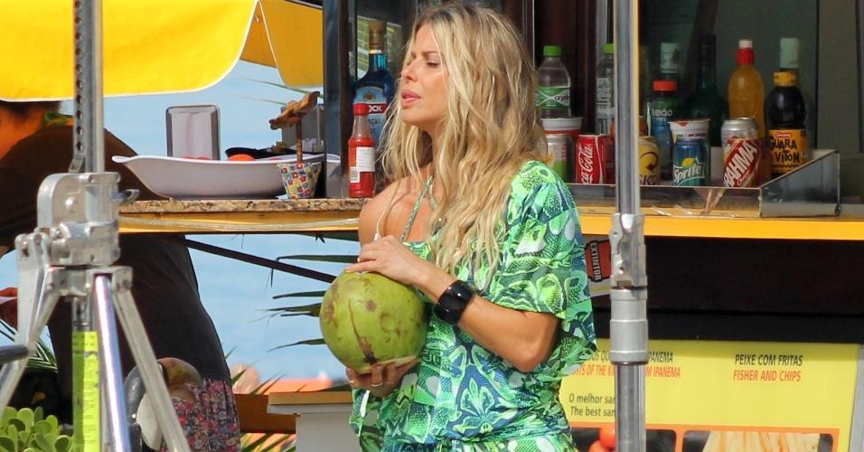 25.mai.2015 -  Aos 38 anos, a atriz Karina Bacchi mostrou que está em ótima forma ao posar para um ensaio na praia de Ipanema, no Rio de Janeiro