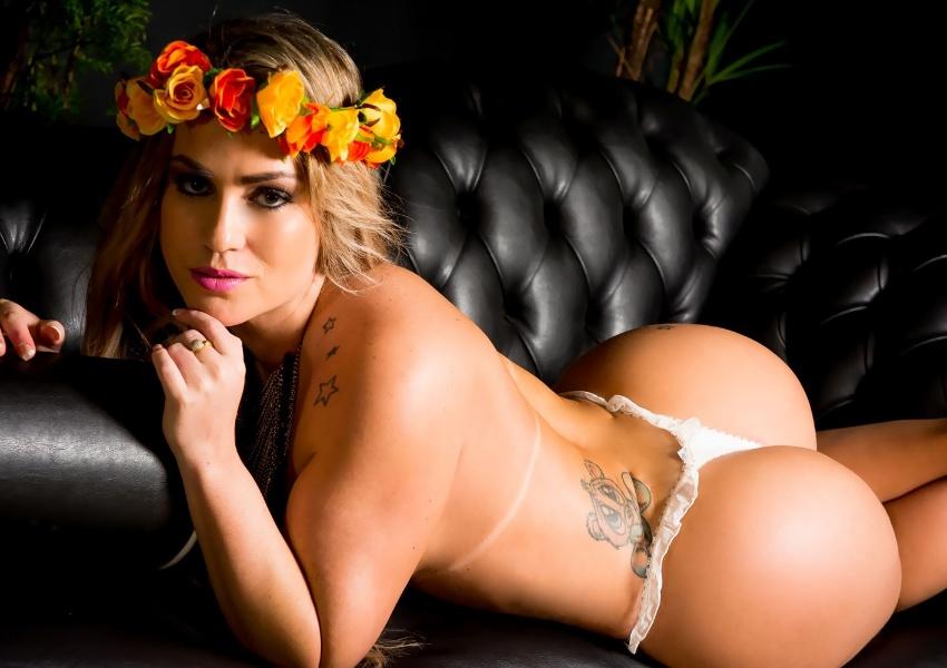 """1º.jun.2015 - Ex-peoa da """"Fazenda de Verão"""", Isis Gomes esbanja sensualidade em ensaio vestida de anjinha sexy"""