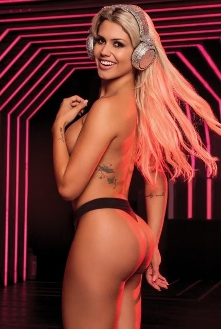 """3.jun.2015 - A DJ Janaína Santucci foi escolhida para estampar a capa da edição de junho da Playboy. Conhecida como a """"DJ Platinada"""", a baiana de 25 anos fez um ensaio sensual em uma famosa casa noturna de São Paulo. A loira ficou famosa após ser apelidada de sósia da ex-panicat Aryane Steinkopf"""