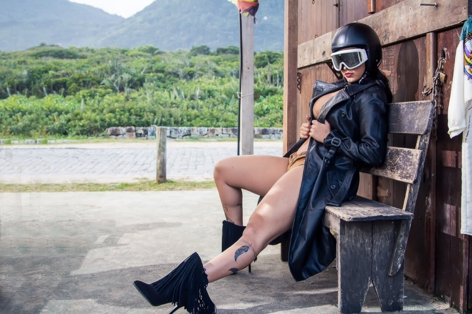 """11.jun.2015 - Na pele de uma motoqueira bem sensual, a bela Bianca Leão fez um ensaio esbanjando sensualidade e exibindo suas pernas saradas com um look rebelde. A gata integra o time de beldades saradas do mundo do entretenimento: ela é assistente de palco do programa da TV paga """"Tudo pela Audiência"""", musa do Fluminense, campeã do reality show """"Casa Bonita 5"""" e rainha de bateria da escola de samba União da Ilha. Ufa!"""