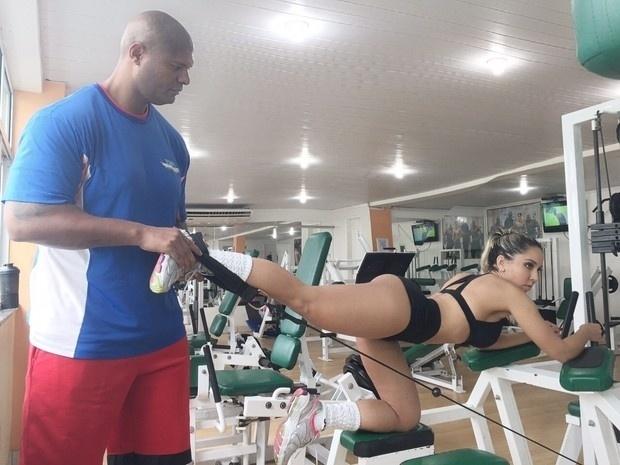 15.jun.2015 - Mulher Melão quer definir ainda mais suas curvas antes de posar de fio-dental para revista americana Slam