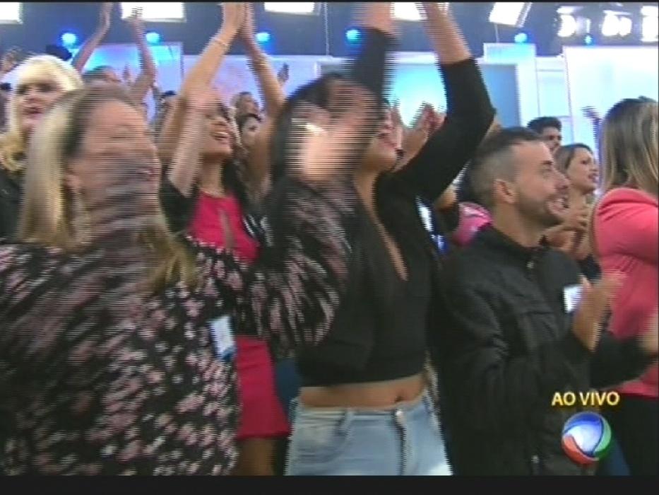 """17.ago.2015 - Xuxa é recebida pela plateia de seu programa com gritos de """"A rainha voltou"""" e """"Xuxa eu te amo"""""""