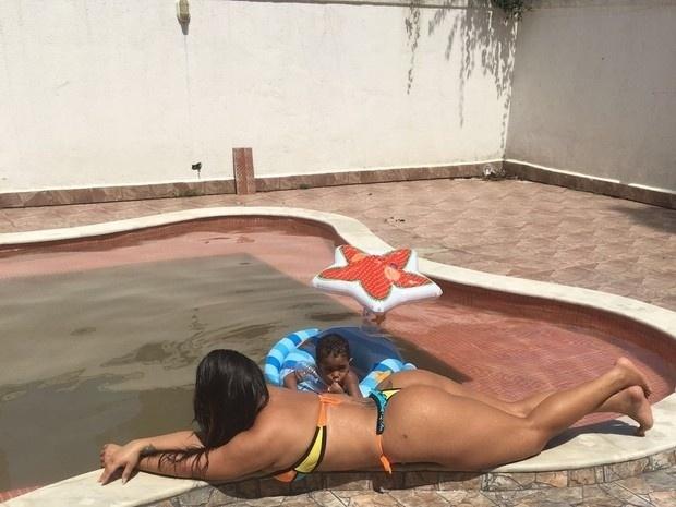 6.mar.2016 - A funkeira Andressa Soares, a Mulher Melancia, aproveitou o domingo de sol para colocar o bronzeado em dia. De fio-dental, a gata exibiu suas belas curvas à beira da piscina ao lado de familiares