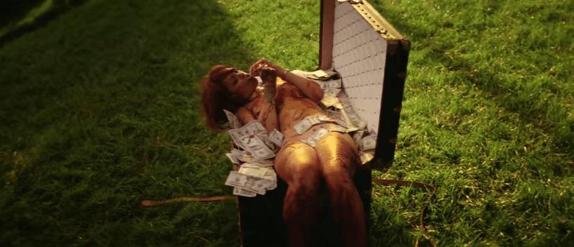 """2.jul.2015 - Em uma das cenas mais comentadas, já no fim do clipe, a cantora aparece deitada nua, suja de sangue, em um baú repleto de dólares, em uma referência ao filme """"Oldboy"""" (2003), de Chan Wook-Park, que anos mais tarde ganhou remake americano por Spike Lee."""