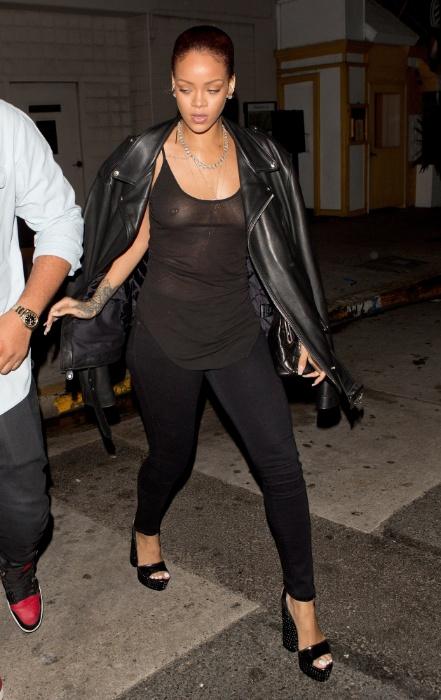 1º.jul.2015 - Rihanna dispensou o uso do sutiã para ir a um restaurante em Santa Mônica, na Califórnia (EUA), e acabou mostrando demais. Com o look ousado, a cantora deixou os seios e o piercing no mamilo em evidência