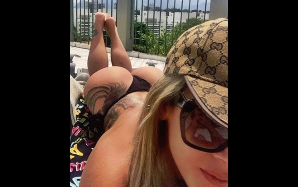 """20.abr.2016 - A advogada e modelo Denise Rocha postou uma foto em que aparece de biquíni curtindo a tarde ensolarada à beira de uma piscina no Rio de Janeiro. """"Por mais dias assim"""", escreveu a beldade na postagem, que recebeu uma enxurrada de elogios dos fãs. """"Bumbum mais gostoso de todos! Empinadinho"""", disparou um fã mais abusado. Outro no entanto, se atentou a outro detalhe do corpaço da bela loira: """"O contorno das belas panturrilhas, coisa mais linda"""", escreveu o fã observador"""