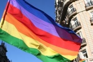 Casais gays são tão aptos como os heterossexuais para criar crianças adotadas, segundo a Justiça