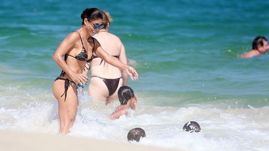 3.abr.2016 - A atriz Juliana Paes aproveitou o domingo em família levando os filhos para a praia da Barra da Tijuca