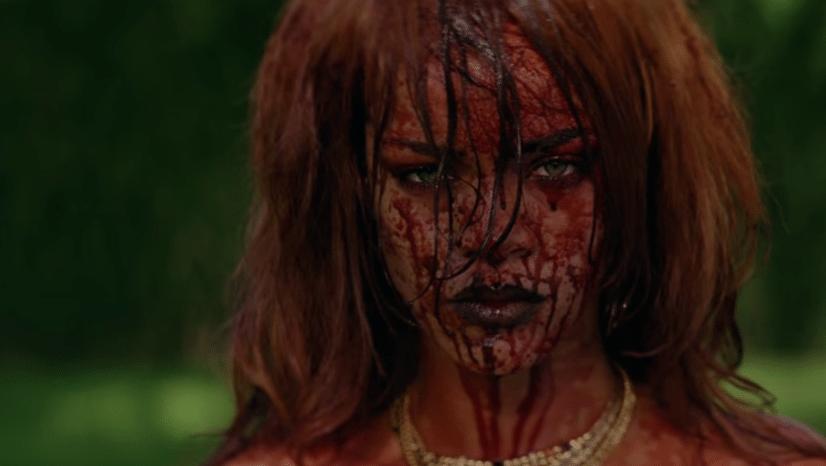 2.jul.2015 - Assustou? Rihanna encerra o clipe ensanguentada e nua.