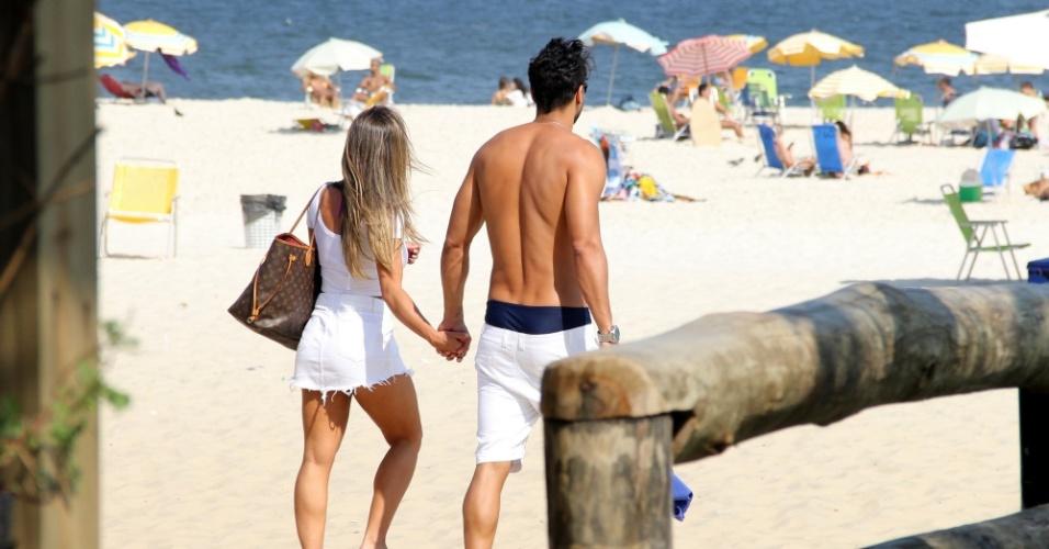 13.abr.2016 - Após dia de praia, Nicole Nahls e Marcelo saem de mãos dadas no Rio de Janeiro