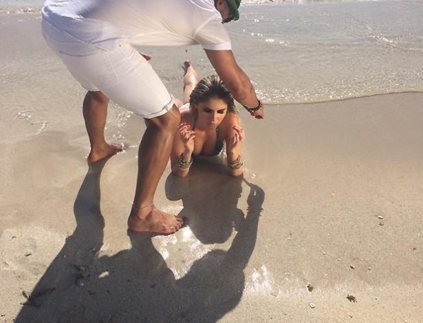 4.set.2015 - Bárbara Evans posou para um ensaio com direito a biquíni fio-dental em uma praia de Miami, nos Estados Unidos. Está com tudo em cima, hein Bárbara!?