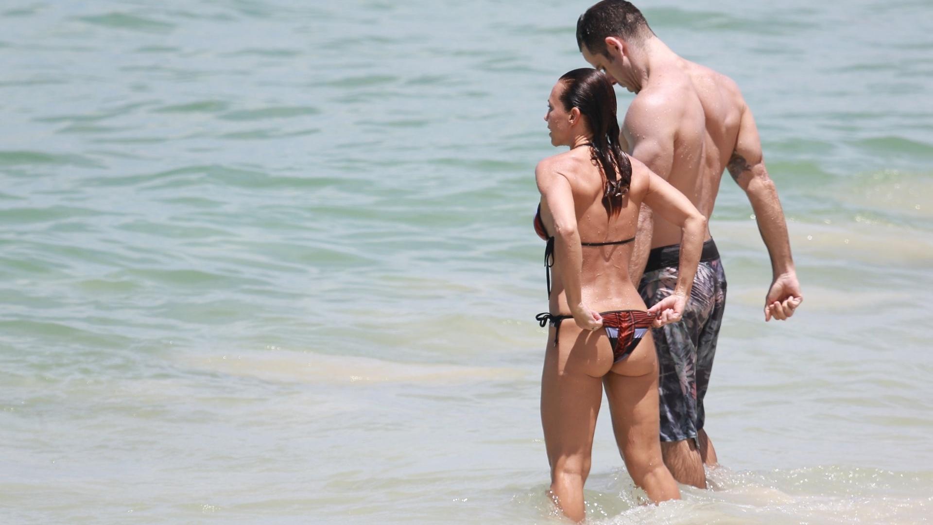 28.fev.2016 - Carla Marins ajeita o biquíni na praia da Barra da Tijuca, no Rio de Janeiro