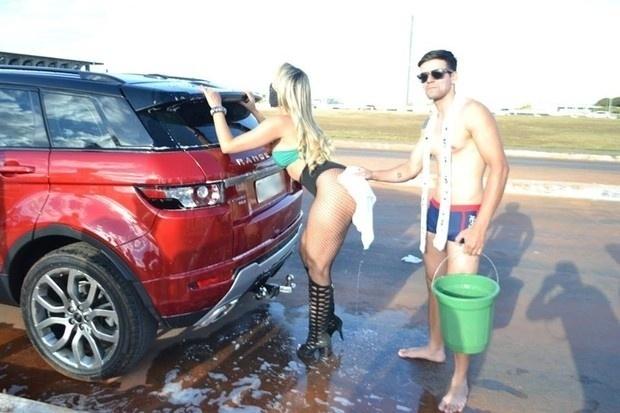 3.jul.2016 - MC Bandida capricha na pose durante a limpeza de um carrão em uma ação em prol das investigações da Operação Lava Jato, em Brasília, no Distrito Federal