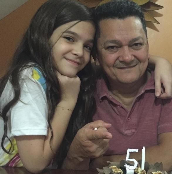 """Jan.2016 - Abraçadinha ao pai, a atriz Mel Maia dividiu com os fãs um momento ao lado do pai aniversariante. """"Hoje foi o dia do meu rei. Eu te amo muito. Que vc fique longos anos do nosso lado. Parabéns"""", escreveu a garotinha na rede social"""