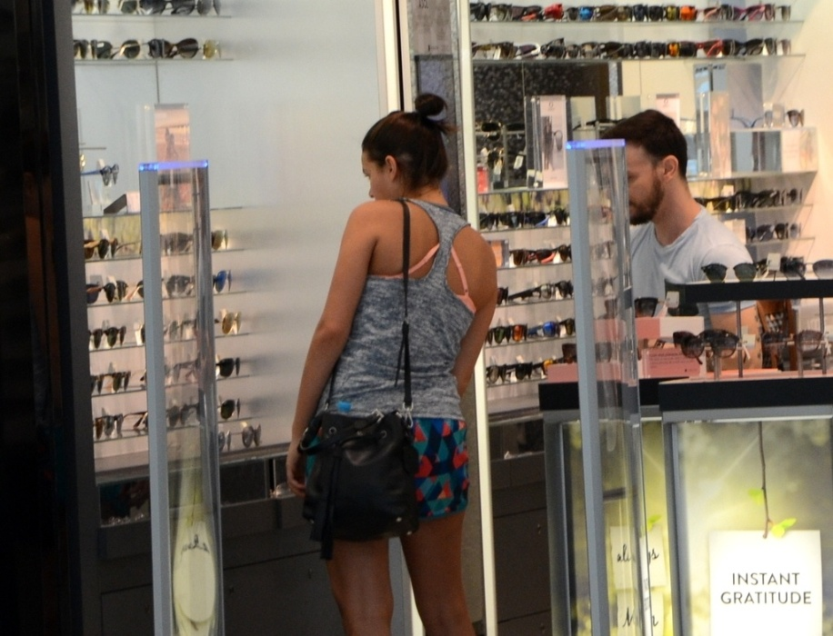 25.abr.2016 - De shortinho e blusinha de academia, Marquezine foi clicada enquanto fazia compras em um shopping