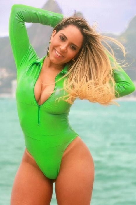 13.ago.2016 - A funkeira Mulher Melão mostrou que está pronta para dar todo o apoio para o Brasil, começando pelo jogo da seleção brasileira de futebol pelas quartas de final do masculino.