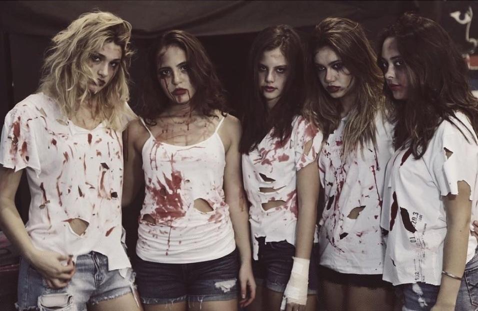 1°.nov.2015 - Ao lado das amigas, Sasha aparece em foto de Halloween
