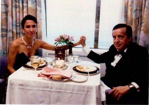 """15.fev.2016 - A atriz Florinda Meza publicou uma foto em sua conta no Twitter relembrando um momento com o marido, o ator Roberto Bolaños, intérprete de sucessos como Chaves e Chapolin, falecido no final de 2014. """"14, 15, 16 de fevereiro... todos os dias eram dias de amor contigo, meu Rober. Te amo sem limites: eternamente sua"""", comentou Florinda na rede social"""