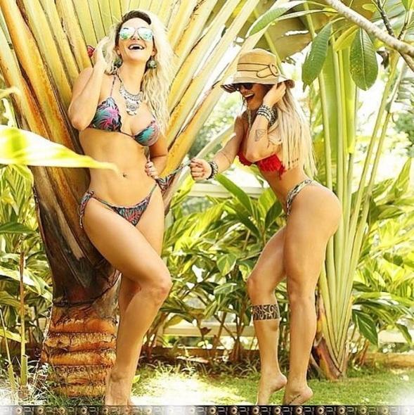 7.jan.2016 - Laura Keller resolveu ousar ao postar uma foto 'quente' com uma amiga no Instagram. As duas aparecem de biquíni, enquanto a amiga parece puxar o lacinho do biquíni da atriz.