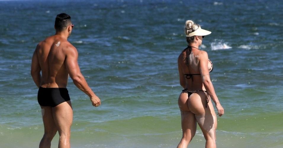 1º.fev.2016 - A ex-panicat Juju Salimeni aproveitou o calor no Rio de Janeiro para curtir uma praia acompanhada do marido Felipe Franco