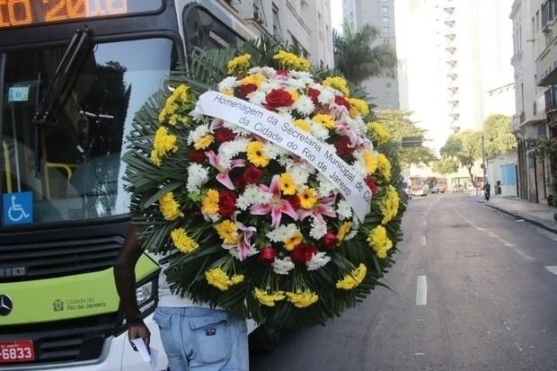 17.ago.2016 - Secretaria Municipal do Rio de Janeiro envia coroa de flores em homenagem a Elke Maravilha em velório realizado no Teatro Carlos Gomes