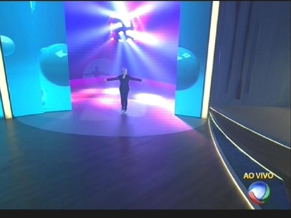 17.ago.2015 - Xuxa faz sua primeira aparição ao vivo em seu programa de estreia na Record