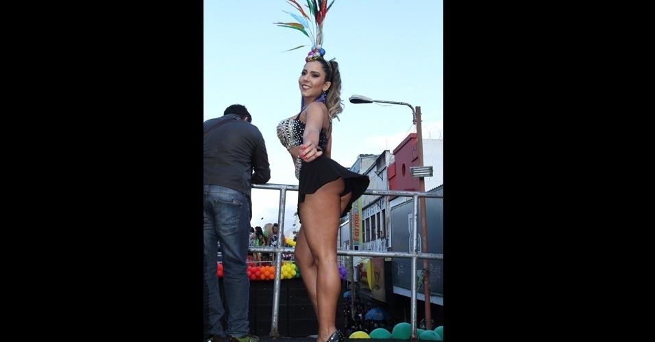 12.jun.2016 - Ela arrasa! Olha o close de Mulher Melão em cima de um dos trios da Parada LGBT em Madureira, no Rio de Janeiro