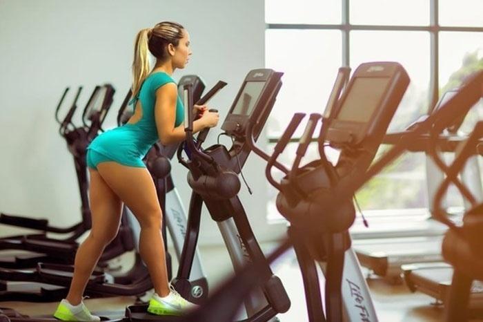 13.abr.2017 - A bela Renata Frisson, a Mulher Melão, mostrou que pega pesado na malhação mesmo quando está viajando. De passagem por Manaus, a musa posou em uma academia local enquanto se exercitava.