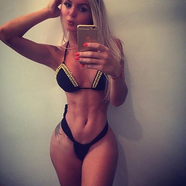 2.dez.2015 - Você sabe o que está bombando no Instagram? É o perfil da modelo transex Thalita Zampirolli, que já conta com quase 170 mil seguidores em sua rede social. Com fotos sensuais que mostram o cotidiano de sua vida de modelo (cuidando do corpo e posando para fotografias), a gata desperta o interesse de marmanjos de plantão e arranca elogios na web