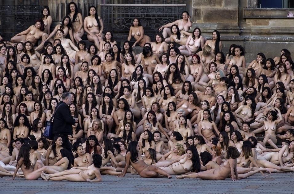6.jun.2016 - Nesta imagem, o fotógrafo norte-americano Spencer Tunick aparece com um grupo de mulheres nuas em uma das cenas do trabalho artístico realizado em na praça Bolívar, em Bogotá, na Colômbia