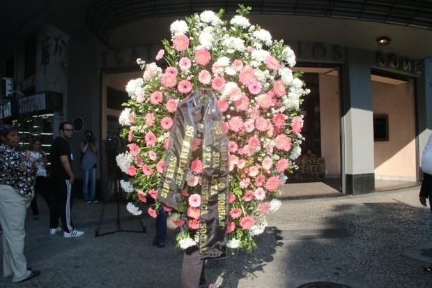 17.ago.2016 - Coroas de flores chegam ao velório de Elke Maravilha, no velório realizado no Teatro Carlos Gomes, no Rio de Janeiro