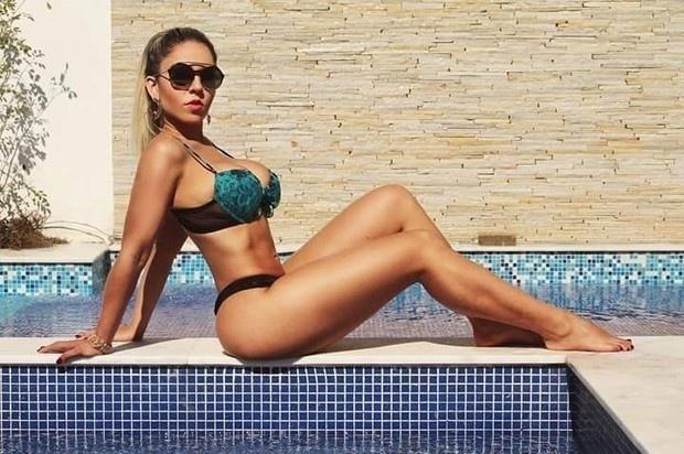 30.jul.2015 - Para comemorar o #LingerieDay, a funkeira Renata Frisson - conhecida como Mulher Melão, posou de calcinha e sutiã mostrando as curvas na piscina nesta quinta-feira.