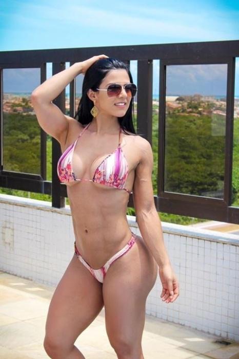 21.nov.2015 - A musa fitness Eva Andressa aproveitou o dia de sol em Aracaju (SE) para provocar os fãs na internet. A gata posou só de biquíni e recebeu muitos elogios dos seguidores.