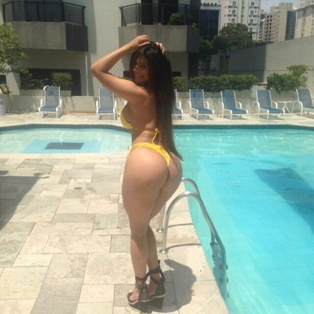 7.abr.2016 - Antes de uma viagem para a Europa, a Miss Bumbum Suzy Cortez postou fotos de biquíni, na piscina. A bela aproveitou para renovar o bronze antes de partir para o clima mais frio