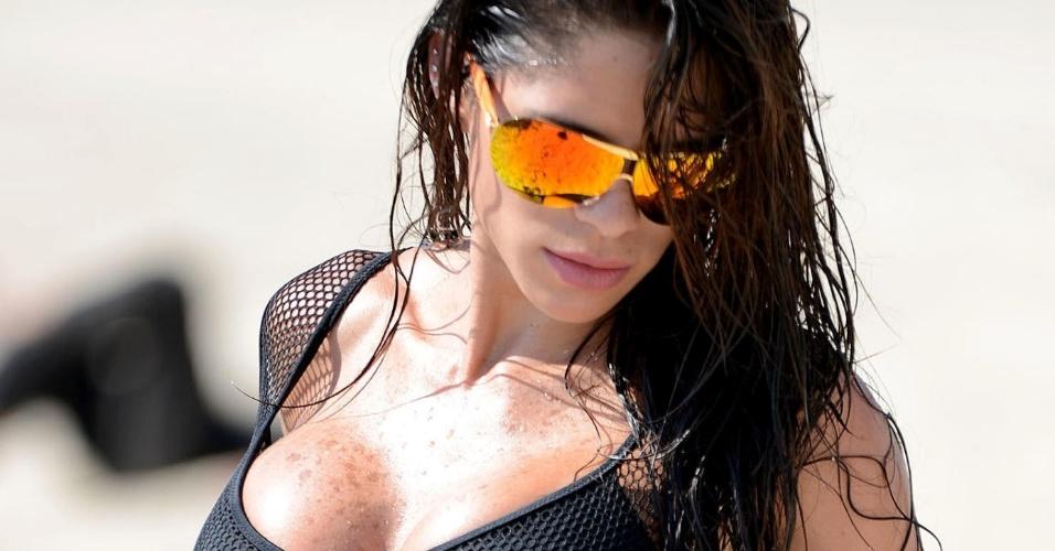 2.out.2015 - A modelo gringa norte-americana Michelle Lewin foi a uma praia de Miami, nos Estados Unidos, e chamou a atenção por conta de sua boa forma. Usando um biquíni preto, a bela mostrou que está com tudo em cima e fez poses bem provocantes para os paparazzi