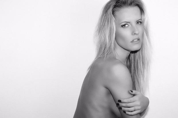 """25.jun.2015 - Juliana Valcézia, bailarina do """"Domingão do Faustão"""", fez topless e mostrou seus atributos durante um ensaio sensual divulgado nesta quinta-feira. A loira tem 31 anos e conta com 85 mil seguidores no Instagram"""