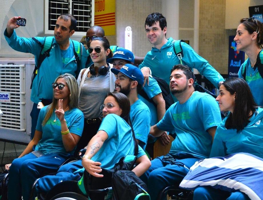 31.ago.2016 - Madrinha dos Jogos paralímpicos da Rio-2016, a atriz Cleo Pires faz selfie posou com atletas no aeroporto Santos Dumont, no Rio de Janeiro