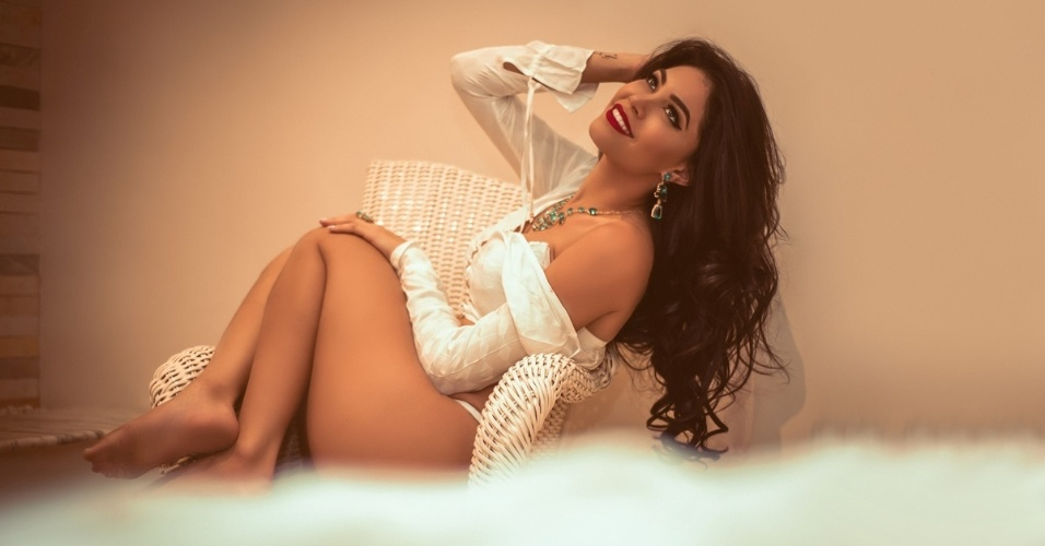8.jan.2016 - Sheislane Hayalla posa de lingerie para catálogo de joalheria