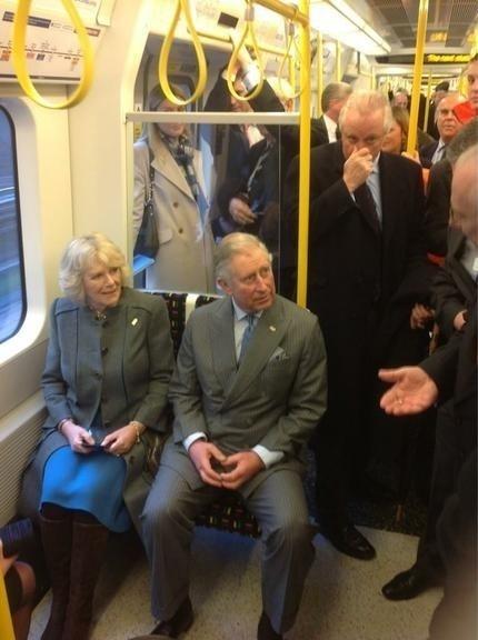 29.jul.2015 - O príncipe Charles parece ter resolvido testar o serviço do transporte público de Londres e carregou a esposa, Camila Parker-Bowles