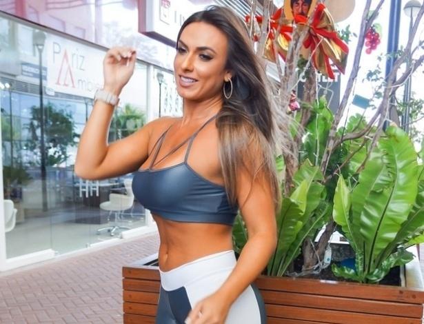 7.dez.2015 - Nicole Bahls esteve em São Paulo no último sábado (5) para o lançamento de uma nova coleção da Glenda Gym, marca especializada em roupas para academia. A gata posou para fotos usando um look bastante justo, que deixou em evidência sua barriguinha e as pernas musculosas