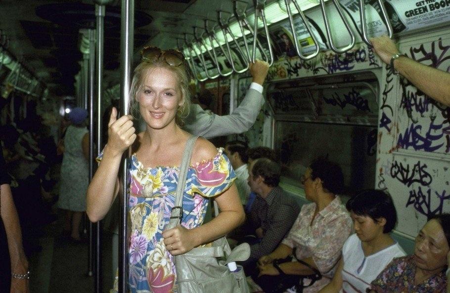 29.jul.2015 - Em uma foto antiga divulgada pela atriz Meryl Streep, a artista aparece à vontade no metrô