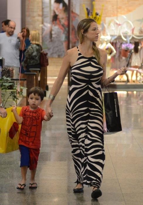 2.nov.2015 - Durante um passeio em um shopping do Rio, Luana Piovani aproveitou para fazer compras com o filho, Dom. A atriz também é mãe dos gêmeos Liz e Bem