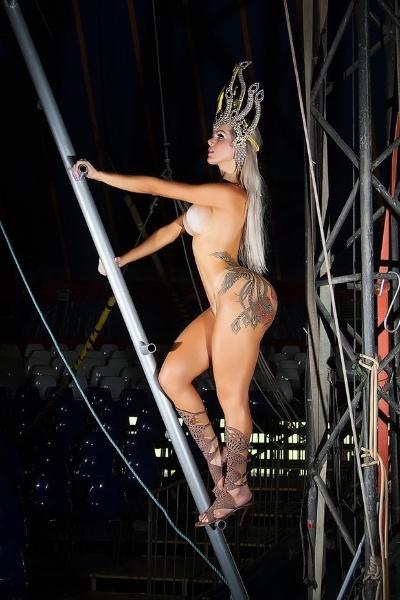 6.jan.2015 - A modelo transexual Thalita Zampirolli promete arrasar neste ano na Marquês de Sapucaí ao desfilar com um tapa-sexo bem pequenininho. A beldade vai entrar na avenida na escola Porto da Pedra e, até a entrada triunfal de Thalita, os admiradores já podem conferir o que os espectadores poderão ver de perto com esse ensaio nu, divulgado às vésperas do Carnaval