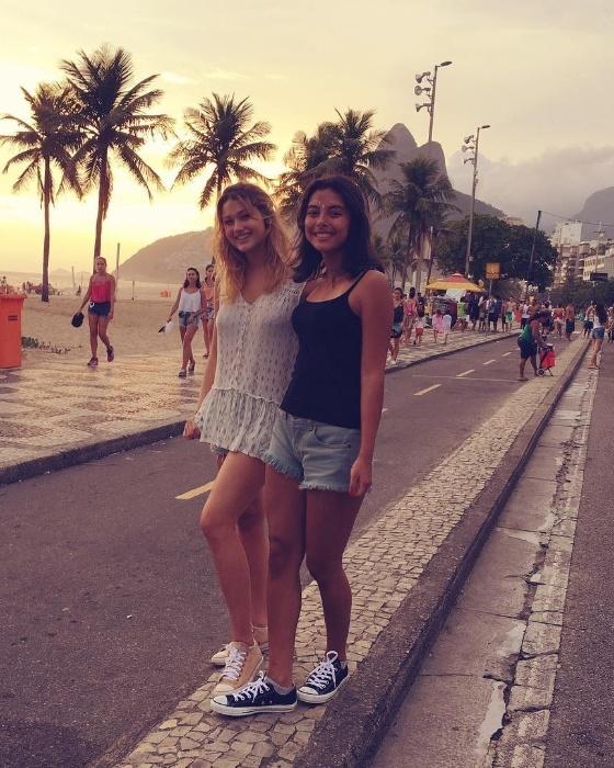 """3.jun.2016 - Com o Pão de Açúcar ao fundo, Sasha posa com amiga no Rio de Janeiro. """"Ontem foi o aniversario dessa menina linda que tem um coracao de ouro, da minha confidente e uma das minhas melhores amigas"""", escreveu no Instagram"""